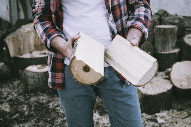 薪を持つ男性