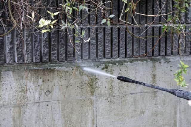 高圧洗浄機で塀の汚れを落とす