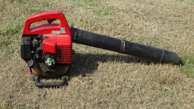 芝生に置かれたブロアー