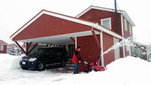 除雪機を使う男性