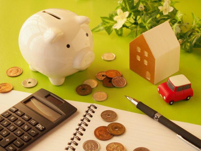 豚の貯金箱と電卓で家計管理