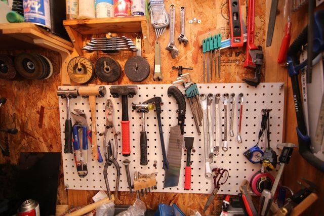 壁にかけられた工具