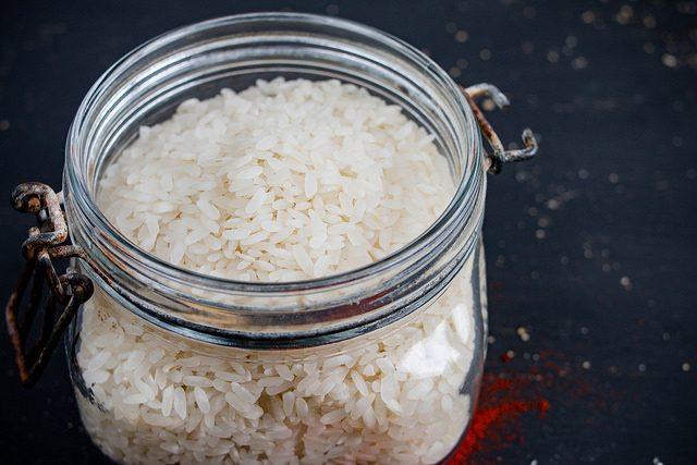 ガラス瓶に入った米