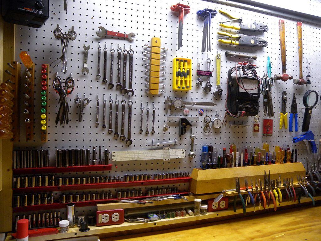 有孔ボード(ペグボード)のdiyなら!ボード・固定金具・フック・棚など便利なパーツを紹介|農業・ガーデニング・園芸