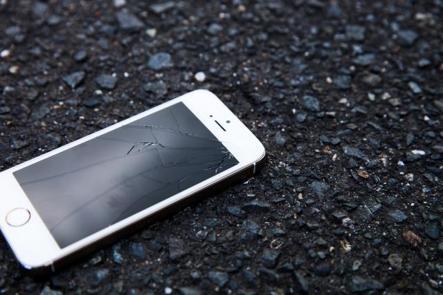 画面が割れているスマートフォン