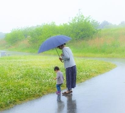傘をさしている母親と男の子