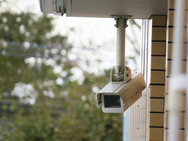 建物に設置された防犯カメラ