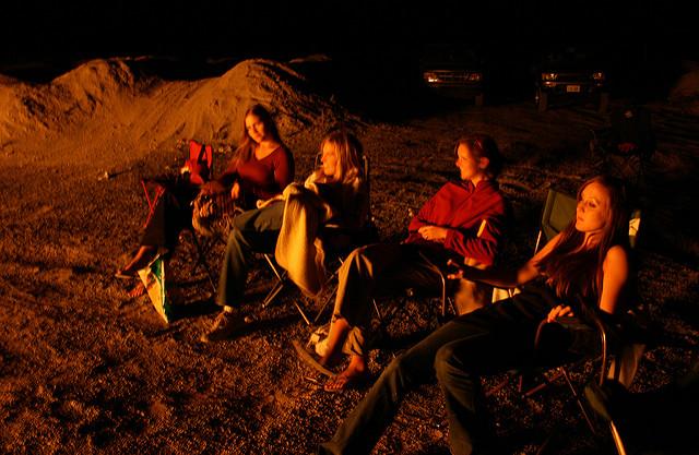 キャンプで椅子に座る人々