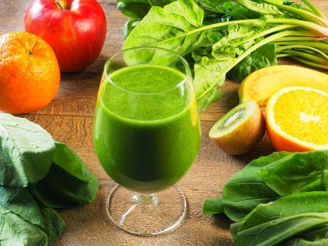 グラスに入ったグリーンのコールドプレスジュース