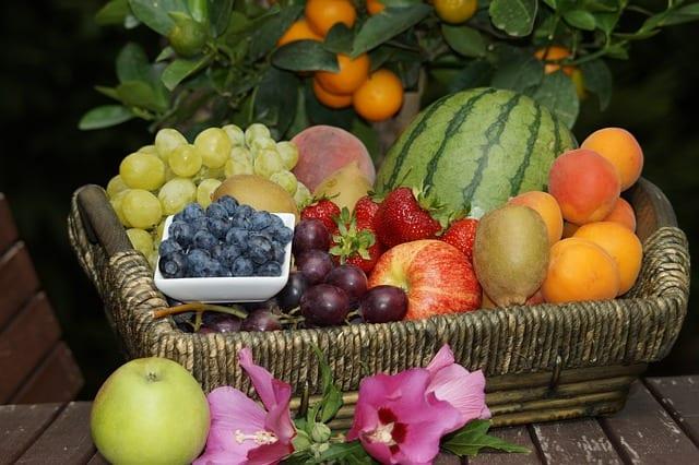 かごに入った新鮮な果物各種