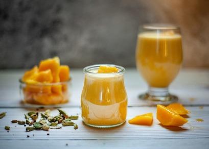 グラスに入った搾りたてのオレンジジュース