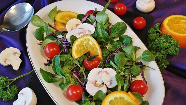 白いお皿に盛られた色どり豊かな生野菜サラダ
