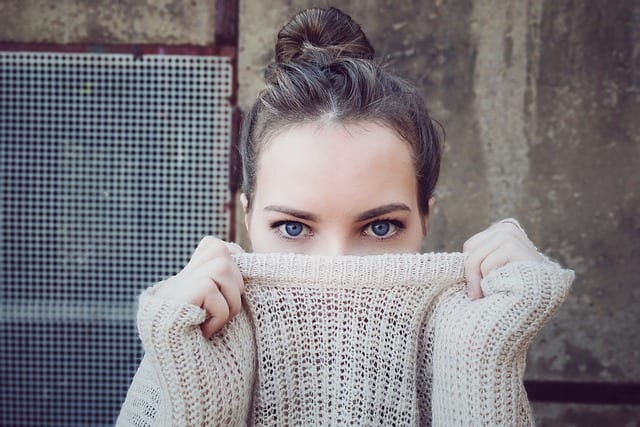 セーターを着た女性