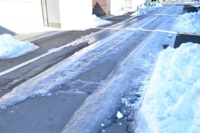 雪が凍った路面