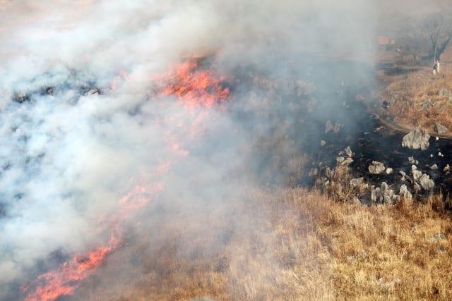 草焼きの炎と煙
