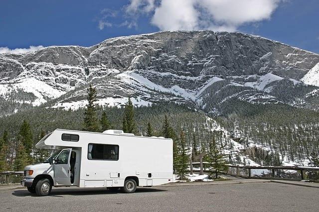 雪山とキャンピングカー