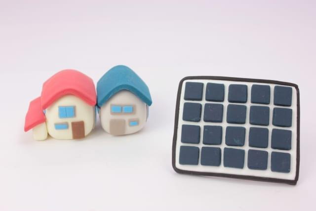 家とソーラーパネル模型
