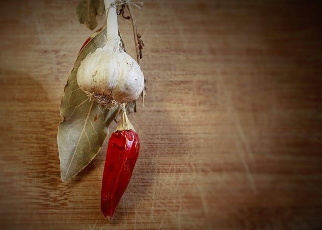 ニンニクと唐辛子を使って強い木酢液を作る