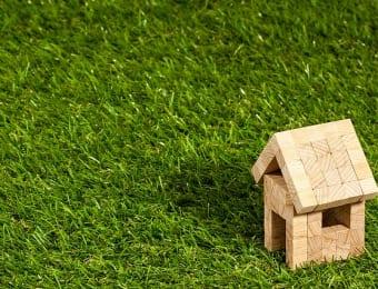 芝生と木造住宅