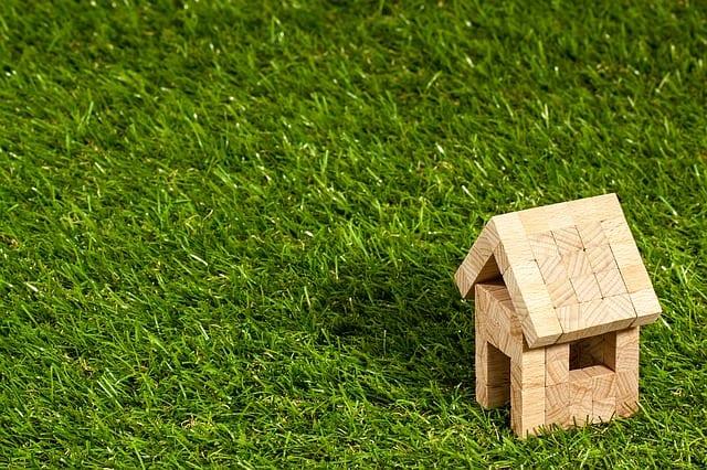 木造の家と芝生