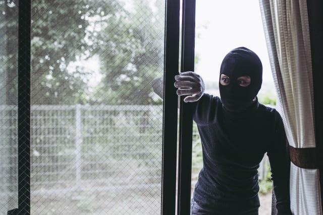 履き出し窓から侵入する空き巣泥棒