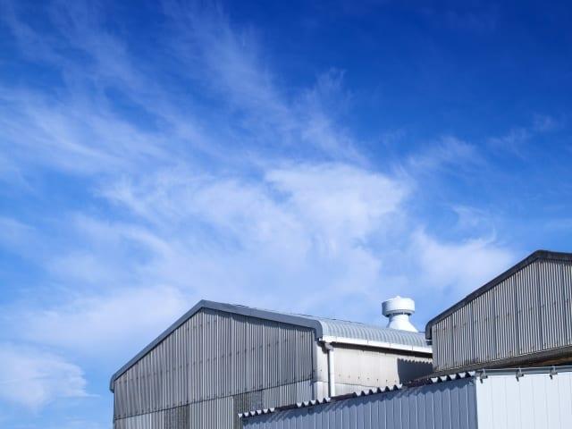 大型倉庫と青空