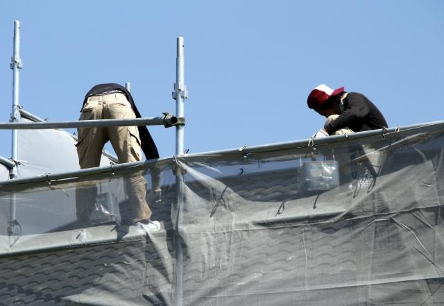 屋根で作業する作業員