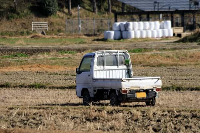 畑に停まる軽トラック