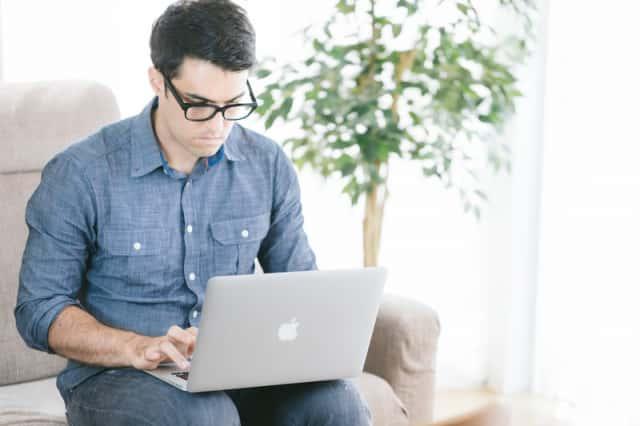 ノートパソコンで作業をする男性