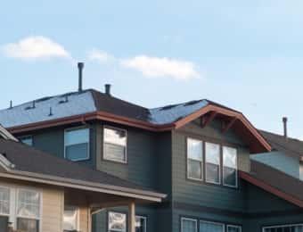 窓と屋根の多い戸建住宅