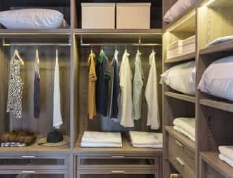 衣類や布団が収納されたクローゼット