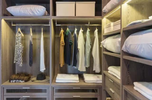 洋服や寝具の収納されたクローゼット