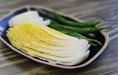お皿の上に乗った白菜と青唐辛子