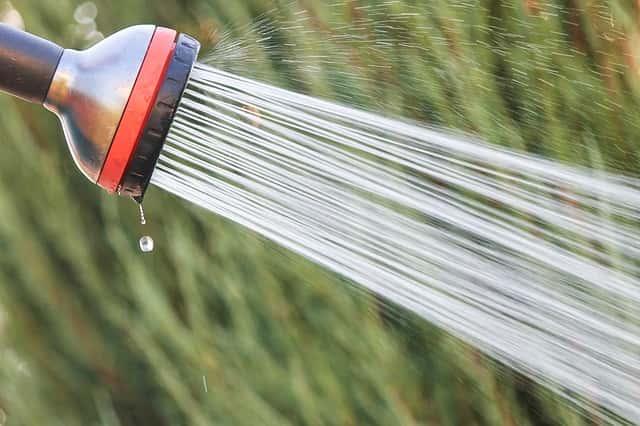 ホースのシャワーから水が出る