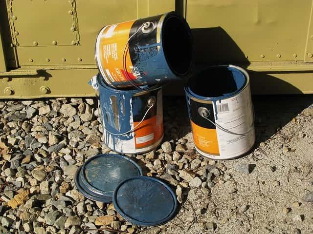 鉄扉の前のペンキ缶