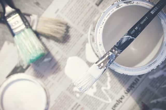 白の塗料と筆