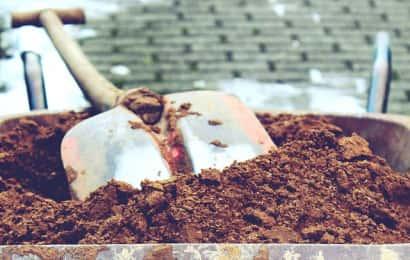植え付けのためのシャベルと土