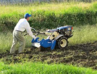 耕運機を使う農家