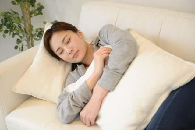 ソファで昼寝する女性