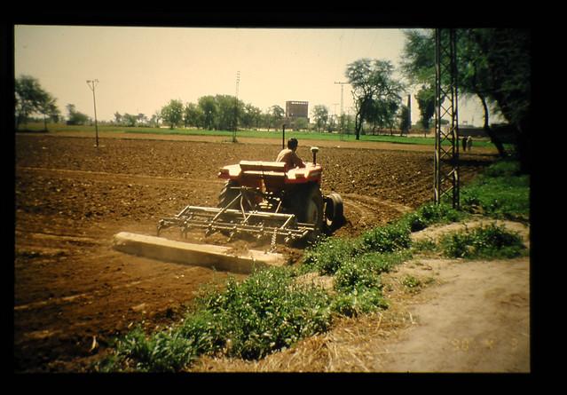耕起、トラクター、土壌消毒剤