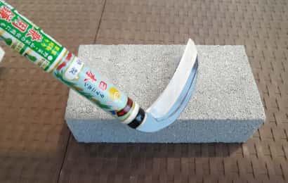 ブロックで鎌を固定している様子