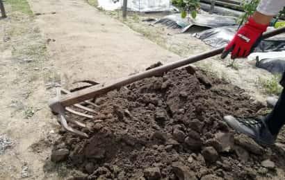 鍬で土を砕く様子