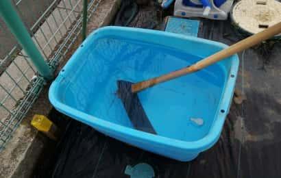 鍬が水につかっている