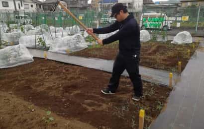 鍬を使う男性