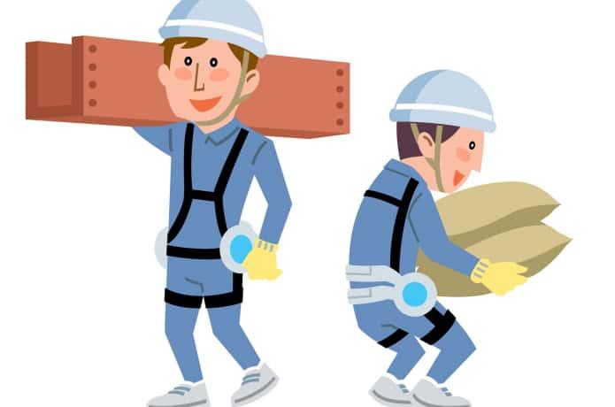 パワードスーツをつけて作業する男性