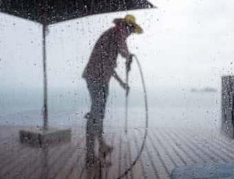 雨の日に作業する人