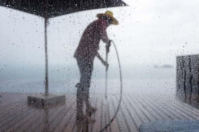 雨の中作業する男性