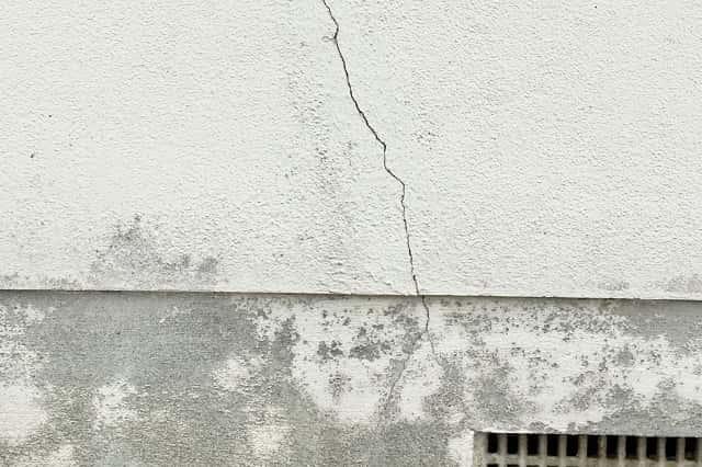ひびの入った外壁