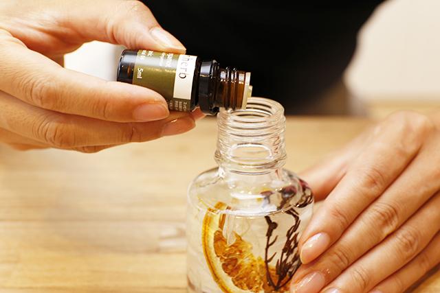 瓶にアロマオイルを垂らす