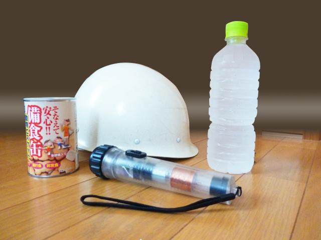 水、懐中電灯、乾パン、防災ヘルメット